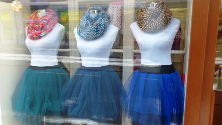 šály a tylové sukně